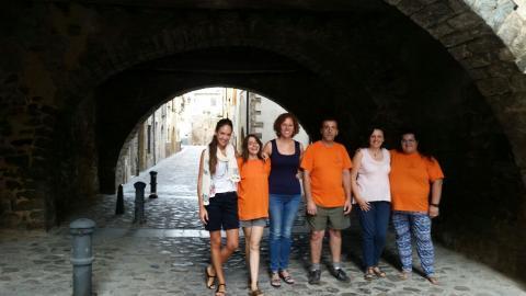Els beneficiaris del projecte amb la tècnica de suport, la regidora de Benestar Social i l'Alcaldessa