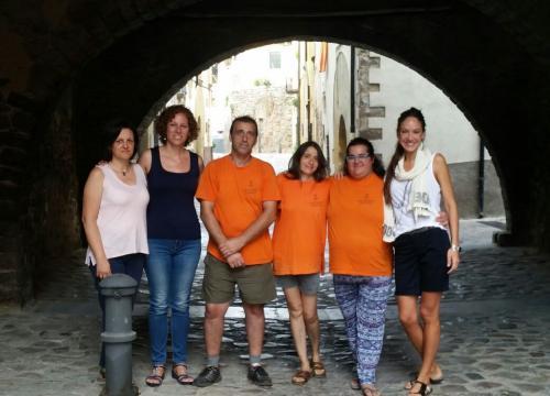 Els beneficiaris del projecte amb la tècnica d'inserció laboral de Creu Roja, la regidora de Benestar social i l'alcaldessa